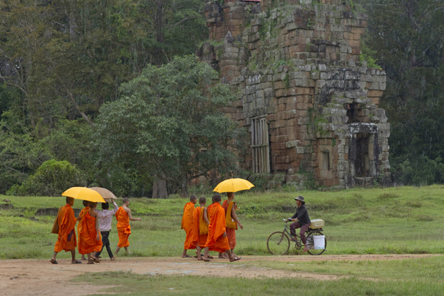Monks-crop-in-the-rain-Angkor-Wat-Cambodia-009